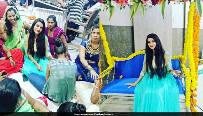 OMG! Akshara Singh put the Mehndi in his hand